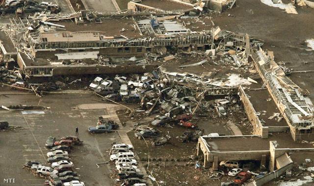 A hírek szerint legalább 91-en meghaltak, köztük 20 gyerek, eddig 120 ember került kórházba.