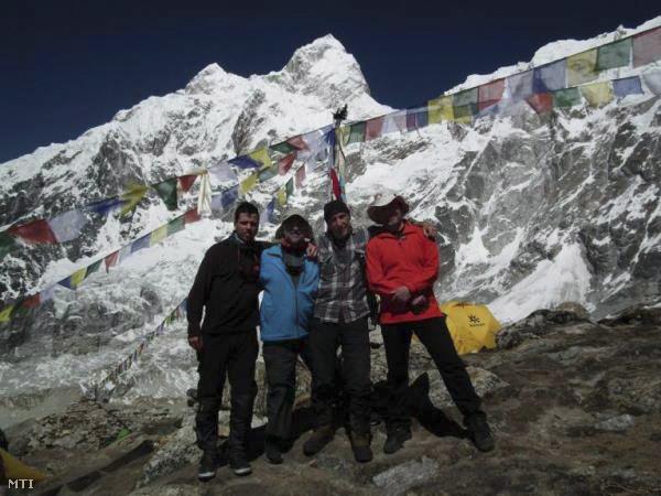 A Kancsendzönga 8586 méter magas csúcsára tartó expedíció magyar tagjai Kiss Péter (b) és Erőss Zsolt (b2) valamint Kollár Lajos az expedíció vezetője (j2) és Jaroslav Dutka szlovák hegymászóval, április 13-án, az alaptáborban.