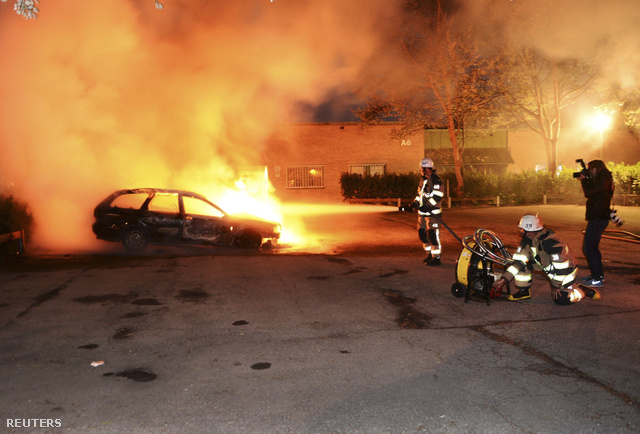 Felgyújtott autót oltanak az egyik külvárosban