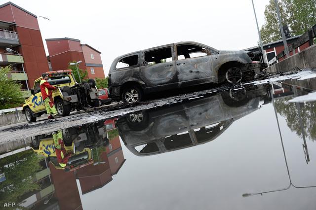 Kiégett autót szállítanak el