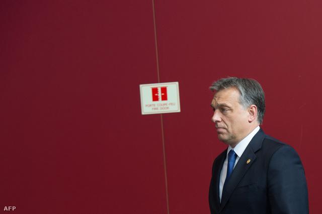 Orbán Viktor az európai vezetők közös fotózása előtt Brüsszelben