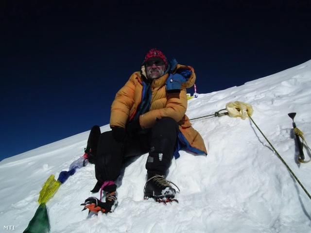 Erőss Zsolt a Lhoce 8516 méteres csúcsán, 2011-ben