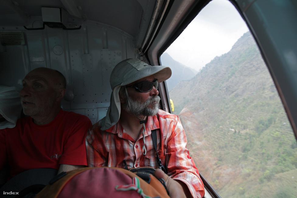 A sikertelen Annapurna expedíció után Erőss helikopterrel hagyja                         el az alaptábort.