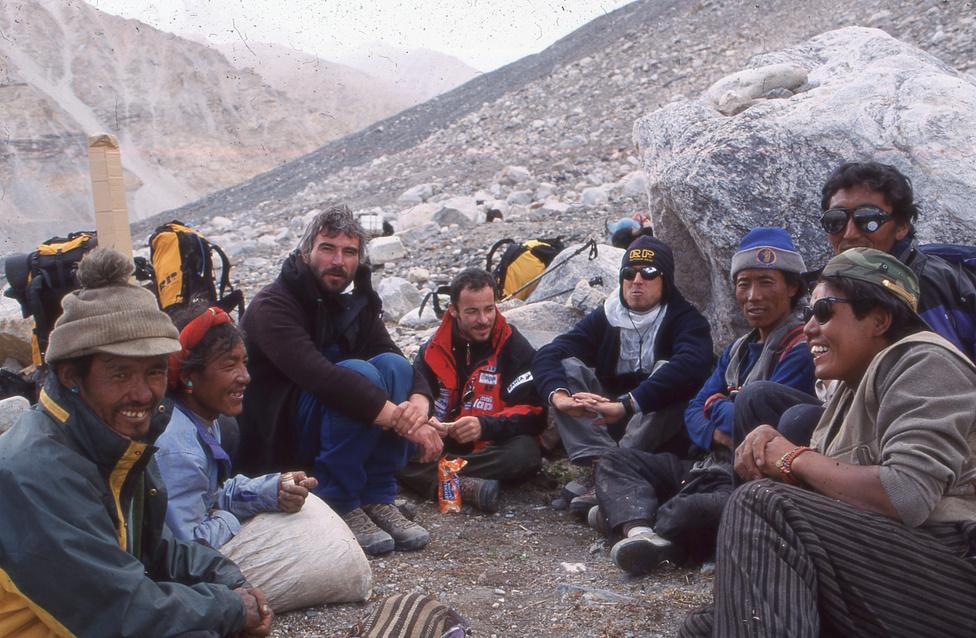 A 2001-es Everest-expedíció három tagja, Erőss Zsolt, Földes András és                         Mécs László a serpák társaságában pihennek a 6400 méteres táborba                         menet.