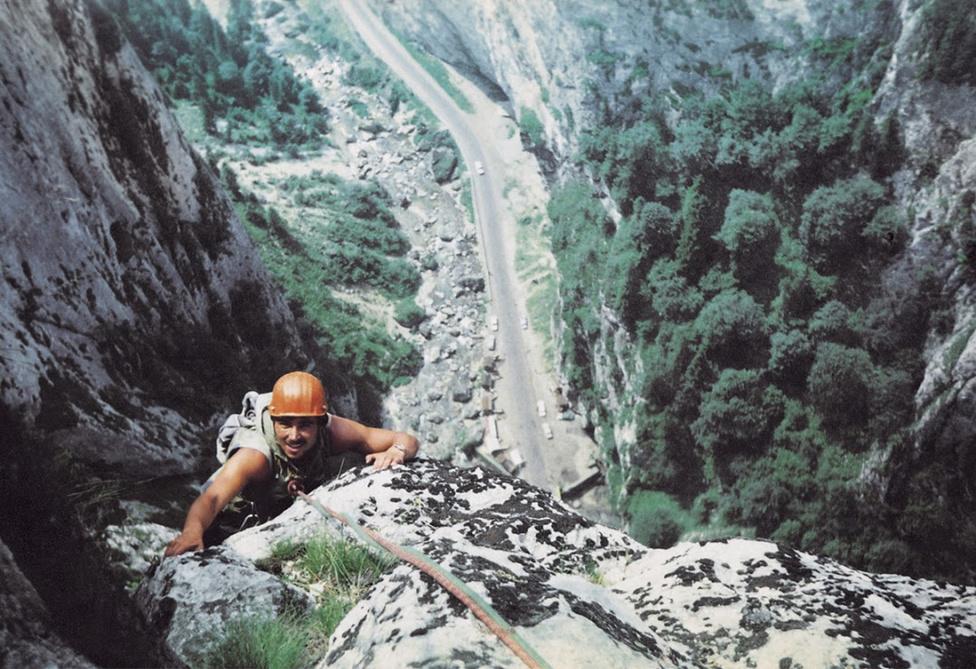 Erőss Zsolt mászókarrierje elején, egy erdélyi sziklafalon, a Békási szorosban.