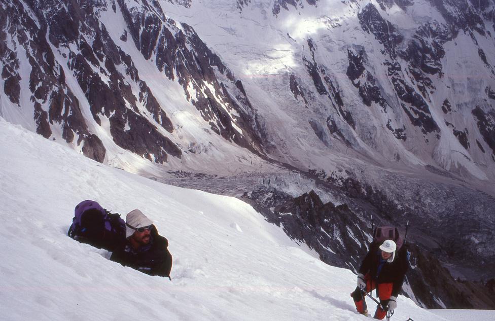 Erőss Zsolt és Mécs László a Nanga Parbat szomszédságában, a Ganalo                         csúcs oldalában arra készülnek, hogy egy jégbarlangban éjszakázzanak.