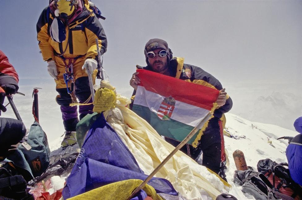 Első magyar állampolgárként a Mount Everest csúcsán 2002. május 25-én.