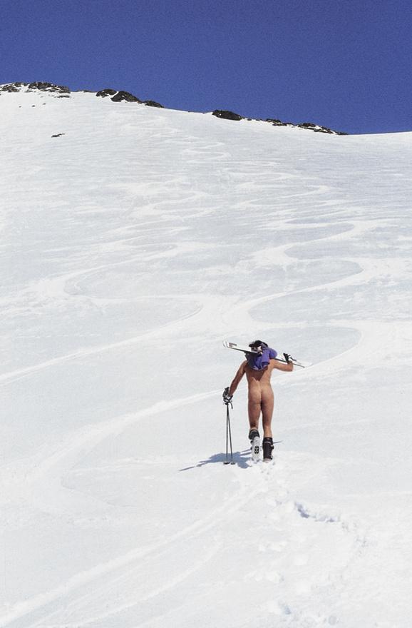 A hegymászás nem feltétlen a komolyságról szól. Erőss egy közép-ázsiai                         csúcs alatt síelni indul.