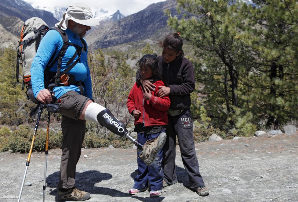 Erőss az Annapurna-expedíció akklimatizációs túráján, a Himalája egy                         alacsonyabb részén.