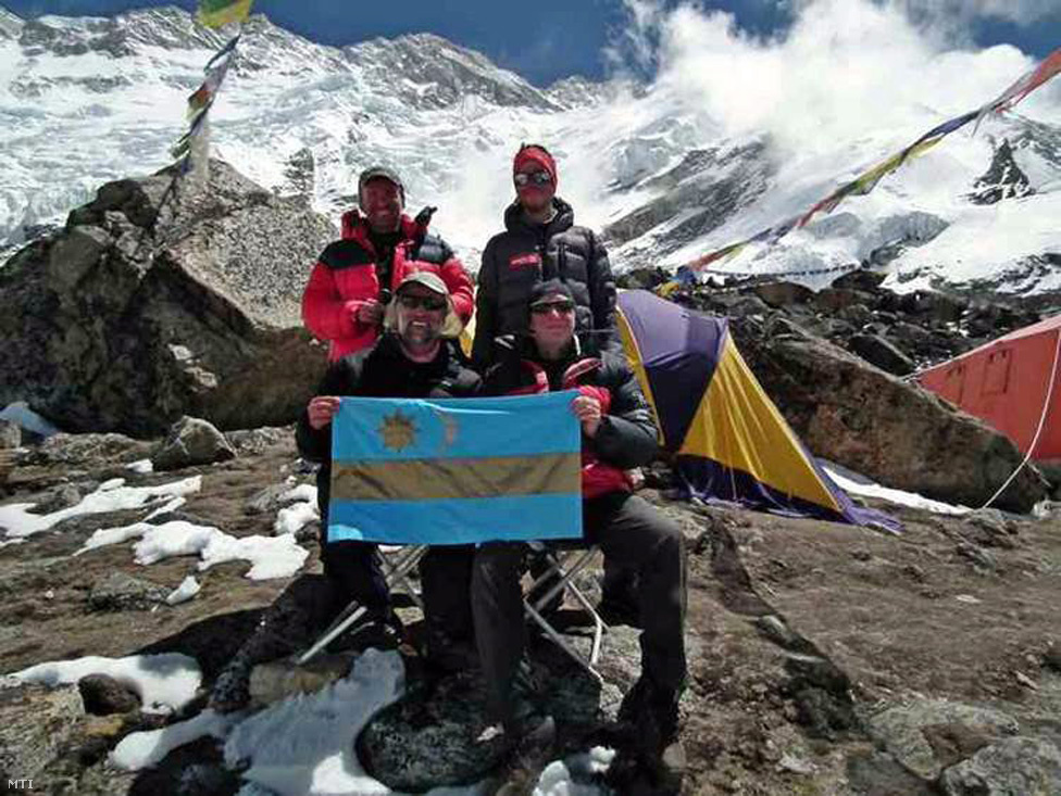 A 2013-as Kancsendzönga-expedíció. Erőss erdélyiként elvitte a székely                         zászlót is a hegyre. Baloldalt alul Erőss, jobboldalt, állva Kiss Péter.