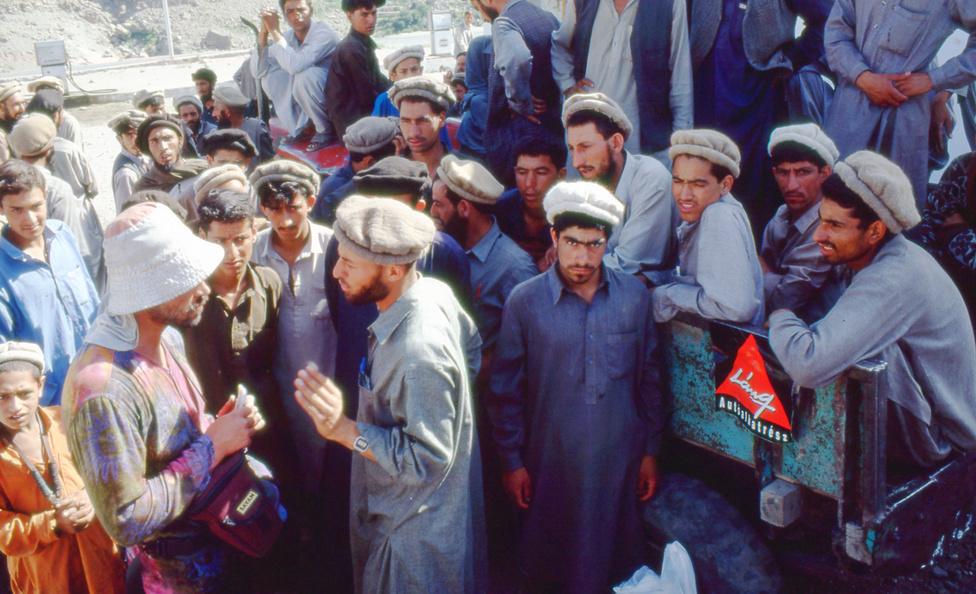 Erőss Zsolt heves alkudozásba keveredik a pakisztáni                         teherhordókkal a Nanga Parbat alaptáborába menet