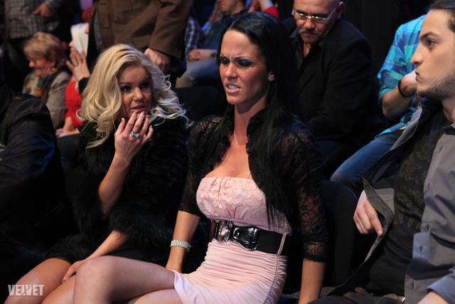 A fekete hajú hölgy VV Dya.