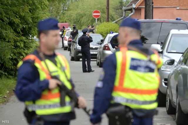 Rendőrök és a Terrorelhárítási Központ (TEK) munkatársai zárják le a szolnoki Fácán utcát 2013. május 27-én.