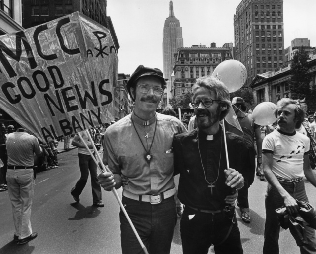 Egy 1979-es tüntetésen megjelent John Kuiper atya és partnere, Roger Hooverman. Kuiper volt az első az USA-ban, aki melegként gyereket fogadhatott örökbe.