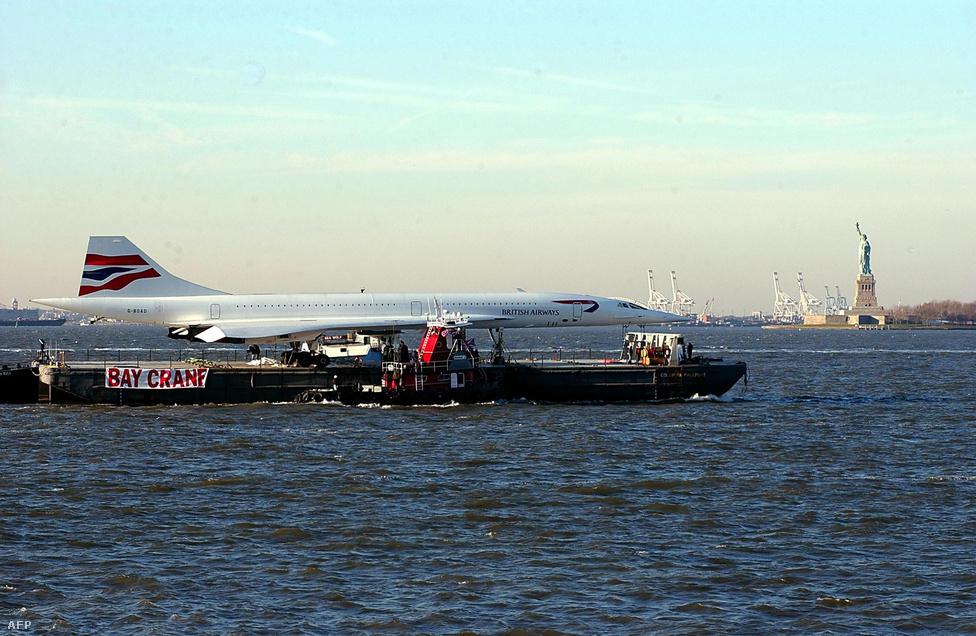A British Airways egyik Concorde-ját komppal viszik a New Yorkba, az Intrepid repülőgép-hordozón berendezett kiállításra.