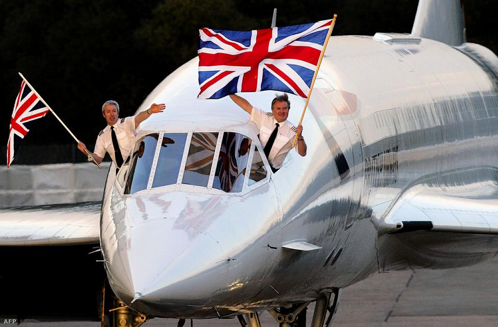 Mike Bannister kapitány és Jonathan Napier lengetik a brit zászlót a Concorde 002 pilótafülkéjének ablakán kihajolva. A kép 2003. október 23-én készült a Heathrow-n, ez volt az utolsó járat New York és London között. A magas üzemeltetési költségeket is sokszor emlegették a típus kivonásakor.