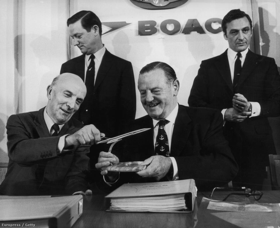 Sir George Edwards (1908-2003), repölőgéptervező és iparmágnás a Concorde egy ezüstből készült modelljét mutatja a BOAC elnökének, Keith Granville-nek. A BOAC a British Airways jogelődje volt, a kép készítésekor a BOAC egy ötgépes flotta megvásárlására kötött épp szerződést.