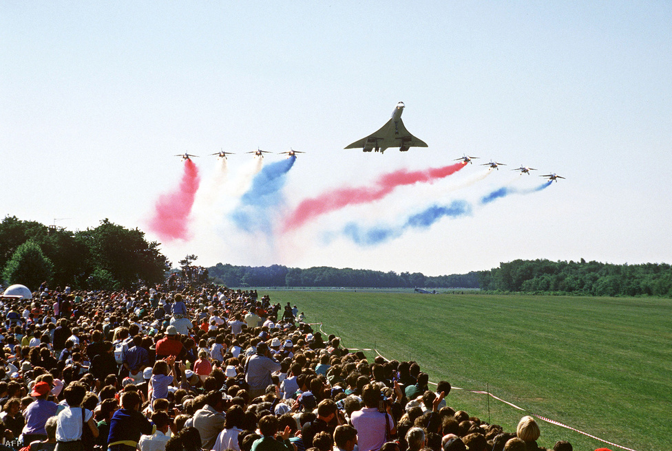 A szuperszonikus csodagépet az 1931-ben alapított légiakrobata-csoport, a Patrouille Acrobatique de France gépei kísérik az 1987-es Le Bourget-i repülőkiállításon.