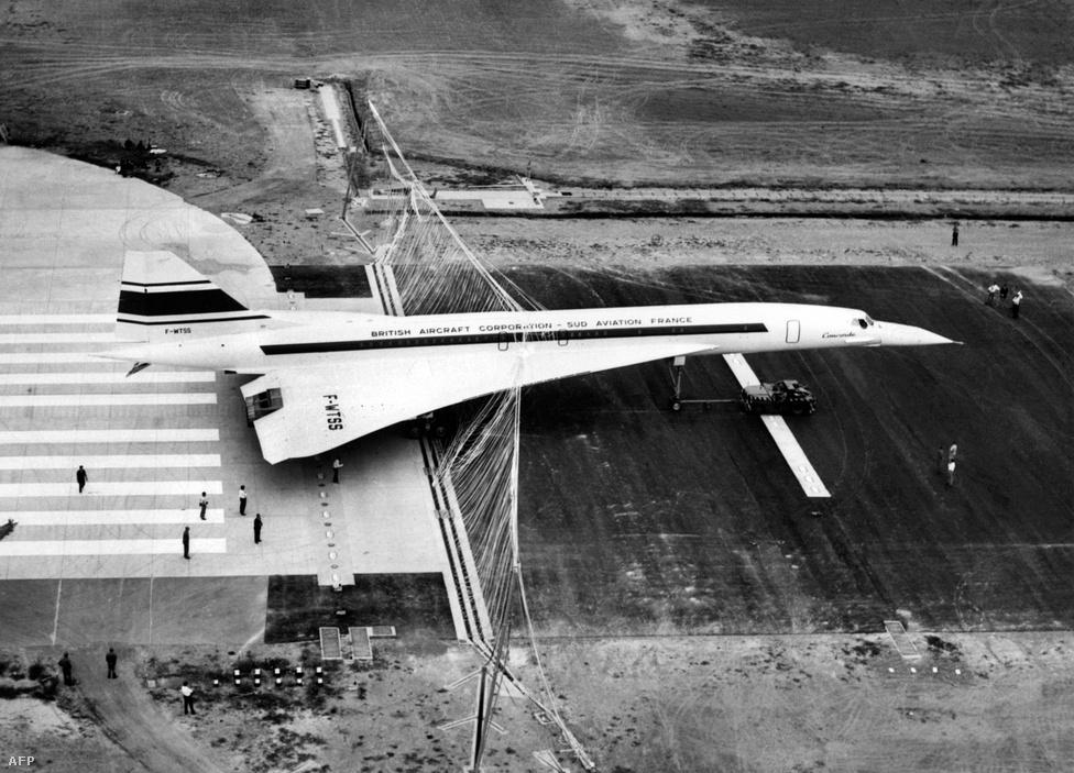 A Concorde 001-es az 1968. szeptember 18-ai tesztleszállás után, a Toulouse-i reptér kifutópályáján. A megállásban az előre kifeszített fékezőháló segített. A 001-es sorszámú gép 1969. március 2-án repült először (André Turcat volt a pilóta), és október elsején érte el a szuperszonikus sebességet, négy hónappal a szovjet Tu-144-es után. Az első üzleti járat, amin már fizető utasok is ültek, 1976-ban indult el (a szovjet gépek már 1970 májusában szolgálatba álltak).