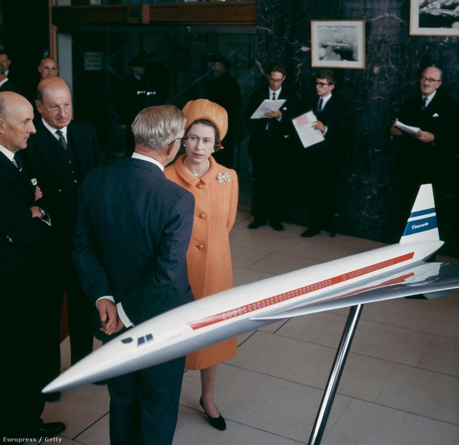II. Erzsébet brit királynő cseveg egy üzletemberrel 1966-ban. Előttük a Concorde egy korai modellváltozata.