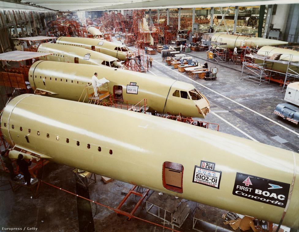 Folyik a munka a Brit Légijármű Vállalat összeszerelő üzemében, Bristol közelében. A kép 1975 körül készült, a géptörzsek méretét jól mutatja a létrán mellette álló szerelő.
