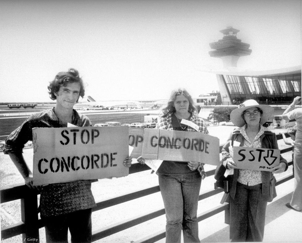 Concorde-ellenes tüntetők üdvözlik az először Washingtonba érkező gépet 1976. május 26-án. Az Egyesült Államok törvényhozása sokáig tiltotta a Concorde-ok működtetését, főleg a hangrobbanások miatt érkező lakossági panaszokra hivatkozva. A később engedélyt kapó járatok csak az Atlanti-óceán fölé kiérve gyorsíthattak szuperszonikus sebességre, és a leszállás előtt is le kellett fékezniük annyira, hogy ne zavarják az arrafelé élőket. Sokáig a Dulles Nemzetközi Reptér volt az egyetlen az USA-ban, ahová beengedték a képeket, holott az akkori elnöki különgép, a Boeing VC-137-es szubszonikus gép létere is hangosabb volt fel- és leszállás közben, mint a Concorde.