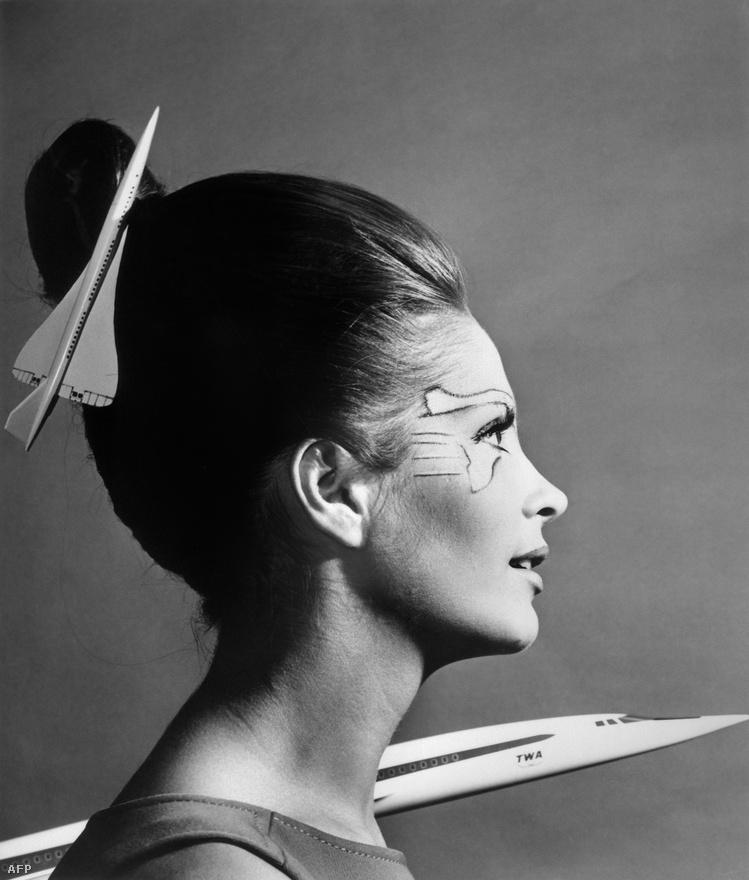 Annette Hennze légikisasszony pózol az 1969-es Le Bourget-i repülőshow-n.