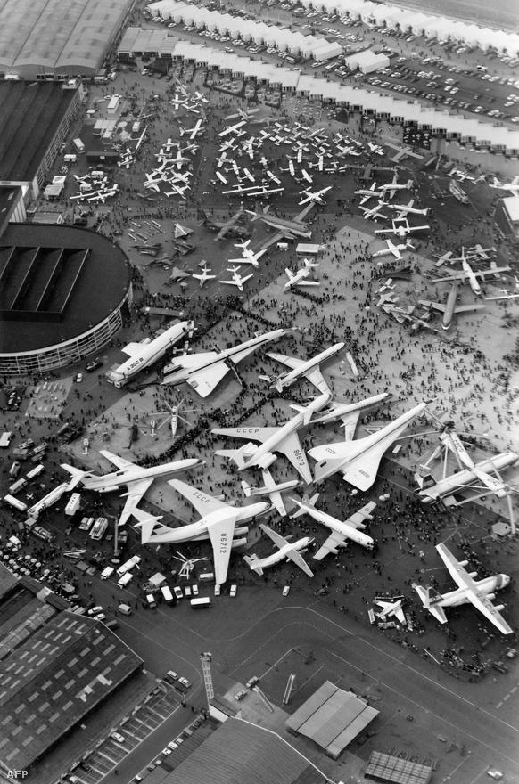 A Le Bourget repülőtér az 1971 májusában megtartott párizsi repülőshow közben. A képen a Concorde vetélytára, a szovjet Tu-144-es is látható. Ez utóbbi 1973-ban ugyanitt le is zuhant, szinte előre jelezve a szuperszonikus utasszállítás három évtizeddel később bekövetkező, már-már fejlődés nélküli végét.