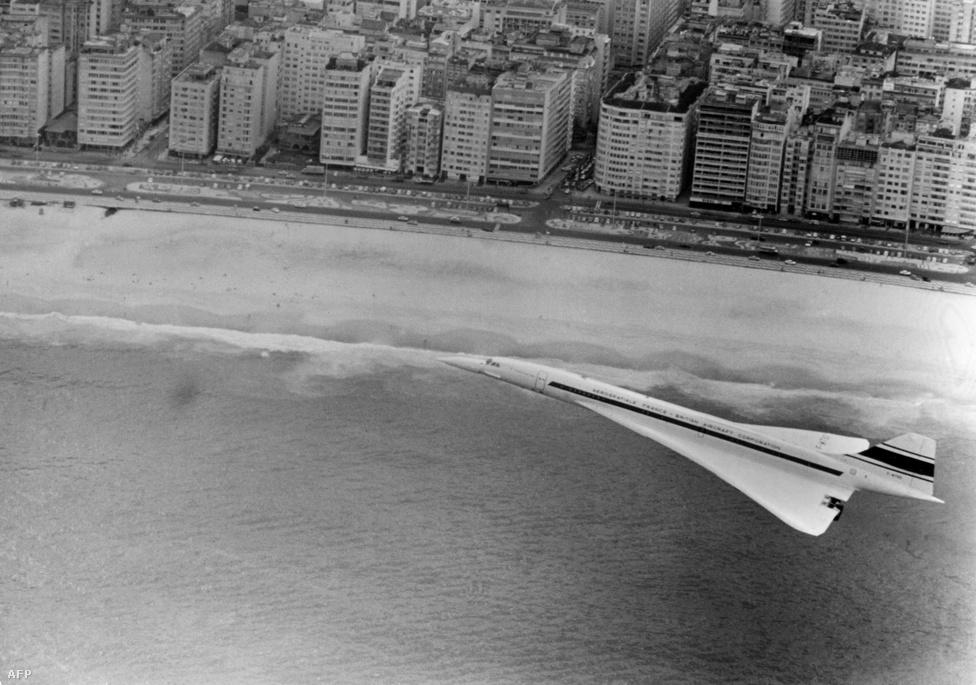 Az Air France Concorde 001-es gépe leszálláshoz készül Rio de Janeiro közelében 1976. január 21-én. Ugyanezen a napon egy másik járat is volt, a British Airways Concorde-ja Londonból repült Bahreinbe.