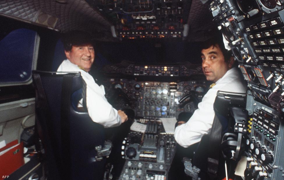 Fernand Andreani kapitány (balra) és Gerard Metals első tiszt a Charles de Gaulle reptéren várakozó Concorde pilótafülkéjében 1983. augusztus 18-án. Andreani állította fel a Párizs-New York útvonal rekordját: 3 óra 30 perc 11 másodperc. A rekord túlélte a felállítóját is: Andreani 2009-ben, 85 éves korában halt meg.
