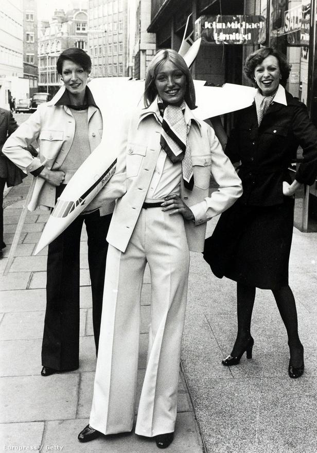 Brit modellek mutatják be a Concorde-okon szolgáló légi kísérők formaruháját 1976. január 14-én.