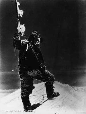 Tendzing Norgay 1952-ben egy svájci expedíció segítőjeként ért a csúcs közelébe, de 240 méterrel alatta vissza kellett fordulniuk. Egy évvel később viszont már rekorderként ünnepelhetett. A csákányával pózoló Norgayt Hillary örökítette meg. Az ő csúcsra lépését nem örökítették meg, mert a serpa nem értett a fényképezőgépekhez.