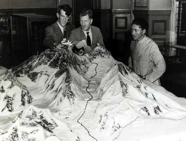 A britek évek óta próbáltak feljutni az Everestre, de csak a kilencedik kísérletük lett eredményes. Hillary 1951-ben még egy sikertelen expedíció tagja volt. A képen két csúcstámadó, az expedícióvezető John Hunttal készít elő egy makettet egy kiállításra.