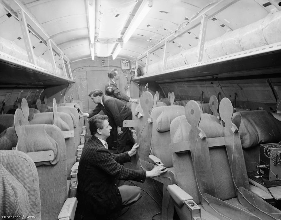 Tervezők egy csapata a Concorde belsejét vizsgálja 1964 áprilisában. A vékony törzs csak két kétszékes sor kialakítását tette lehetővé, meglehetősen szűk térrel az ablak mellett ülő utasok fejének.