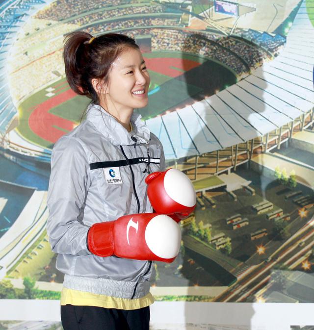 2013 januárjában boldogan pózolt a bokszkesztyűben