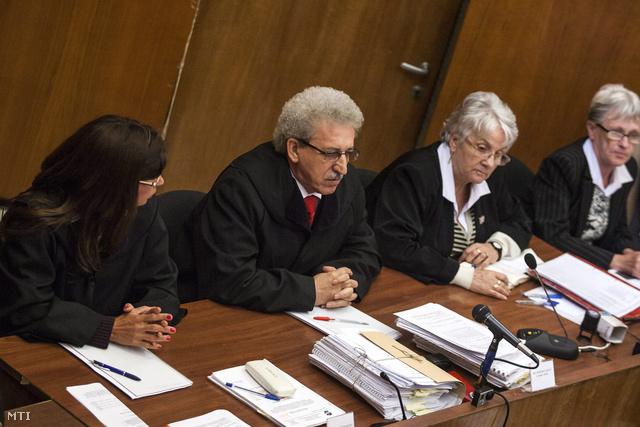 Miszori László a bírói tanács elnöke (b2) a romák elleni hat halálos áldozatot követelő 2008-ban és 2009-ben elkövetett fegyveres és Molotov-koktélos támadásokkal vádolt négy férfi büntetőperének tárgyalásán.
