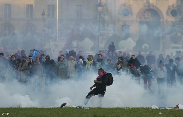A rendőrök paprikasprével és könnygázzal oszlattak.
