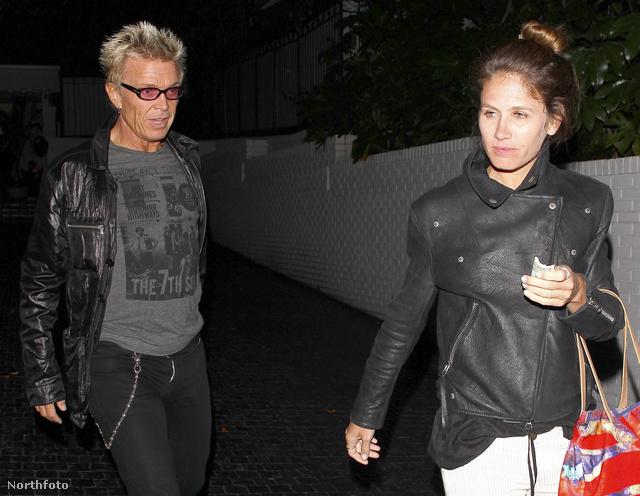 Az 57 éves zenész épp a Chateau Marmont nevű híres hollywoodi hotel étterméből távozik barátnőjével, Lindsay Cross-szal.