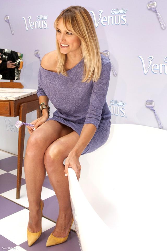 A spanyol modell,  Aba Carrillo nehezen tűri, hogy ebben a ruhában kell egy kád szélén egyensúlyoznia