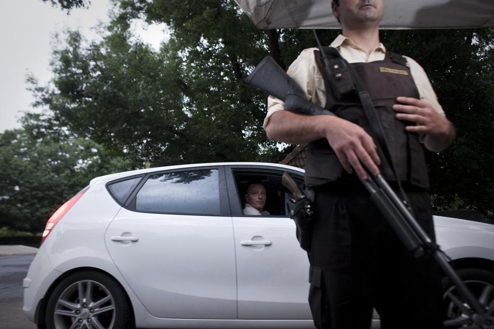 Állami rendőrség helyett privát biztonsági cégek látják el a rendfenntartás feladatát.
