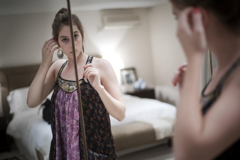Titi, a legidősebb lány 19 éves, közvetlenül a születése után költözött el a család a nagyvárosból, ő már nem emlékszik arra, milyenek a hétköznapok az igazi Argentínában.