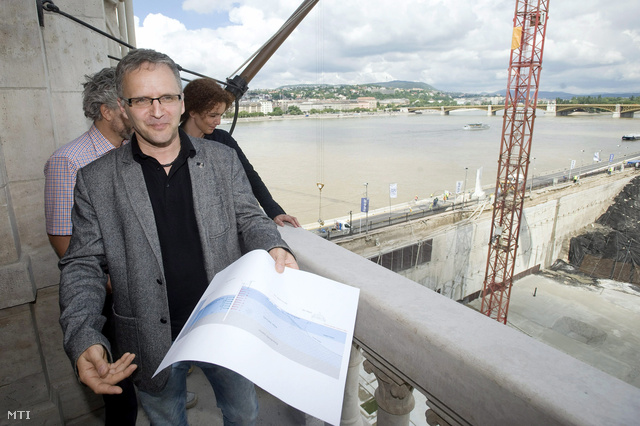 Wachsler Tamás a Steindl Imre-program vezetője mutatja a Kossuth téren épülő mélygarázs és látogatóközpont árvízvédelmi munkálatainak tervrajzát.