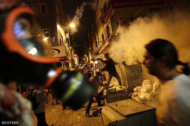 Az elmúlt napok isztambuli zavargásainak legvéresebb napja volt a vasárnapi. Az öt napja indult parkmentő demonstrációból kormányellenes felkeléss duzzadt tömegtüntetéshez tízezrek csatlakoztak a hétvégén.