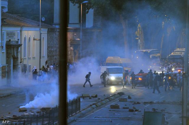 A hajnali harcok füstje a Gezi park közelében