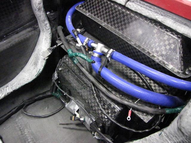 Az ülés mögött a speciális, tűzbiztos dobozban vannak az akkumulátorok. A csövekben az akkuk és a vezérlőelektronika hűtőfolyadékja kering