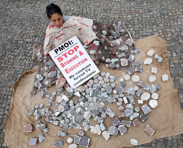 A kövezés és az akasztás ellen több jogvédő szervezet is tiltakozott az évek során