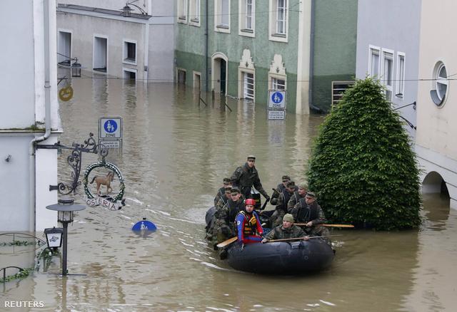 A Bundeswehr katonái a belvárosban.