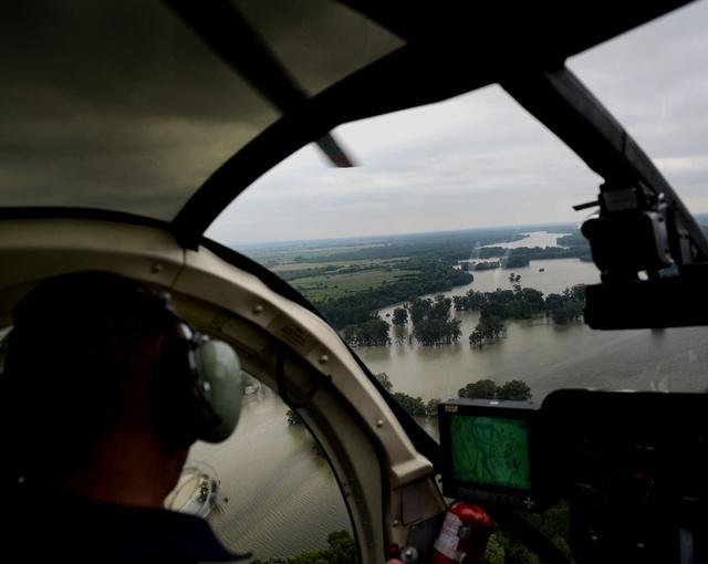 Légi szemlét tartott kedden délután a Duna 180 kilométeres szakaszán a BRFK és az Országos Vízügyi Főigazgatóság. Árterek, parti települések és az áradó Duna madártávlatból.