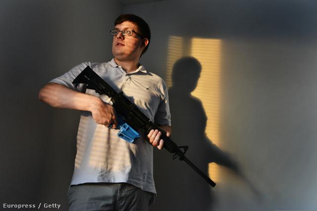 Travis Lerol marylandi otthonában egy házilag nyomtatott tárral ellátott AR-15 típusú gépkarabéllyal