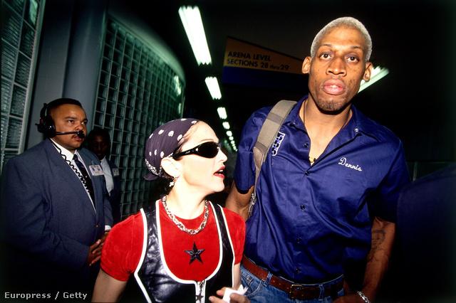 Igen, az a kis törpe ott Dennis Rodman mellett, az bizony Madonna
